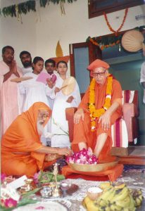 Pujya Swamiji with his guru Swami Taranandaji